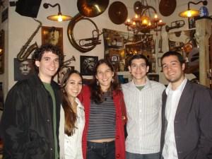 Membros do P6, no Salve Jorge, confraternizando o fim das atividades do projeto em 2008. A partir da esquerda: Matheus, Marina, Lia, João e Yuri.