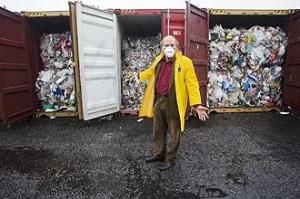 Ministro Carlos Minc exibe lixo que chegou da Inglaterra em contêineres no porto de Santos