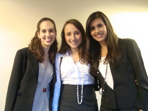 Equipe da USP após o anúncio dos semifinalistas (da esq. para a dir.): Raquel Lima, Giovana Teodoro e Ana Paula Nunes.