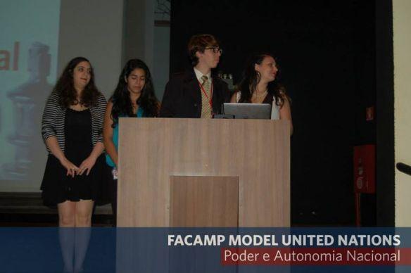 Secretariado da USPMUN anunciando a simulação da USP na cerimônia de encerramento do FAMUN.